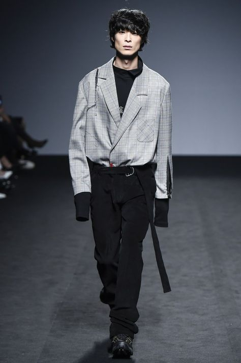 R.Shemiste Seoul Fall 2016 collection, runway looks, beauty, models, and reviews.
