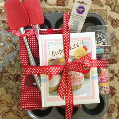 GIFT IDEA: For that 'baker' in your life! [muffin tin / tea towel / cupcake mix] #ChristmasGifts