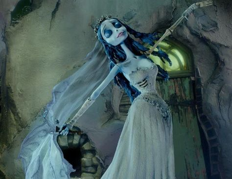 How to Make your own Corpse Bride Costume. Emily, the main character of Tim Burton's famous animated film The Corpse Bride has become one of the most popular costumes for girls to wear. Corpse Bride Dress, Corpse Bride Makeup, Emily Corpse Bride, Corpse Bride Costume, Corpse Bride Art, Vintage Witch, Vintage Halloween, Halloween Stuff, Halloween Makeup