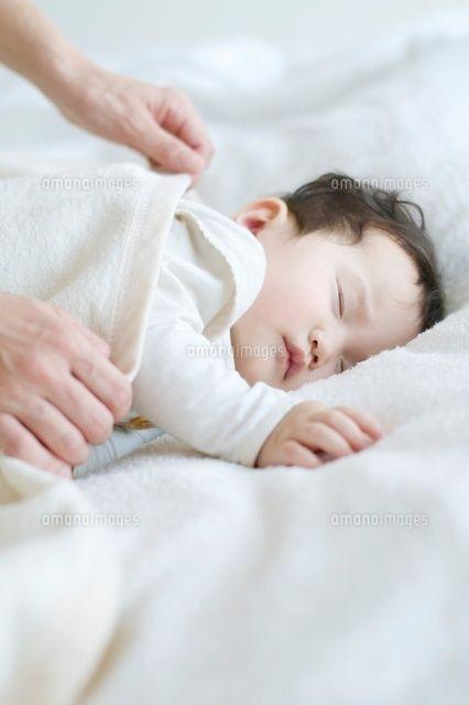 赤ちゃんに毛布をかける母親の手元 の写真素材 イラスト素材 アマナイメージズ 赤ちゃん 素材 イラスト かける