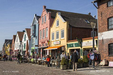 Farbenfrohe Häuser und geschäftiges Treiben am alten Hafen in Husum // Foto: MeerART