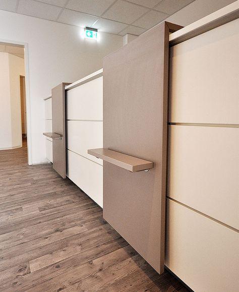 Arztpraxis Empfangstresen mit 2 Anlaufstationen in Weiß und Holzdekor Trüffelgrau