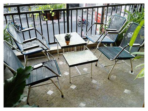 ruang tamu minimalis bergaya klasik vintage dengan kursi