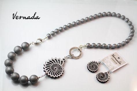 Puukoru, graafinen koru #Vernada #jewelry #koru #monitoimikoru #korusetti #laserleikattu #puukoru #kaulakoru #suomestakäsin #käsityökortteli #finnishdesign #finnishfashion #statement #neclace