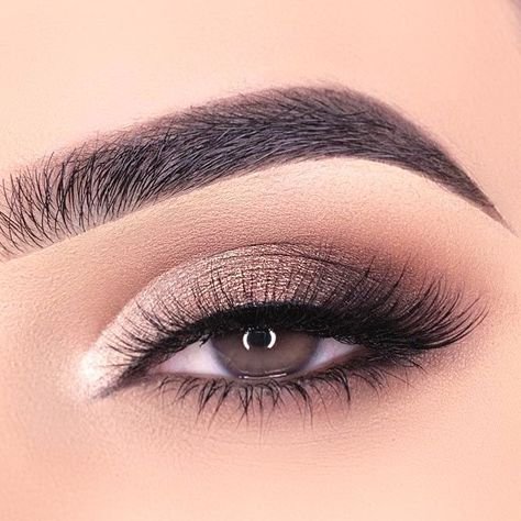24 tolle Make-up-Ideen für Mandelaugen Gold And Gray Smokey Eyes Makeup ★ Best makeup tips for people with almond eyes, anything on the scale from eyeshadow to eyeliner is covered! ★ - Schönheit von Make-up Grey Smokey Eye, Smokey Eyes, Smokey Eye Makeup, Make Up Gold, Eye Make Up, Best Makeup Tips, Best Makeup Products, Eyeshadow Looks, Eyeshadow Makeup