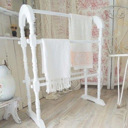 porte serviettes sur pied en bois pour une salle de bains romantique patin blanc shabby chic ambiance shabby pinterest blanc shabby chic - Salle De Bain Romantique Bois