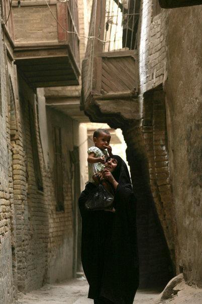 امرأة عراقية تحمل طفلا في أحد الأزقة الضيقة الشورجة في خلفيات العراق الجميلة Baghdad Iraq Baghdad Iraqi Women