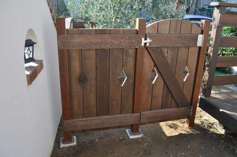 ウッドデッキ付近の木製門扉 本格的なハードウッド ウリン の