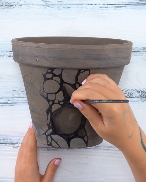 With these self-sealing Outdoor Acrylics, you can take your creativity to a new environment. Get inspired by this #DIY painted flower pot design and follow this step-by-step to learn how to make it yourself!  Art by: Arteza team