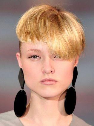 Modische Damenfrisuren Mit Schragem Pony Short Hair With Bangs Hairstyles With Bangs Trendy Short Hair Styles