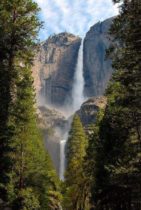 Yosemite, dans l'est de la CalifornieAu coeur de la Sierra Nevada, se cache un site naturel exceptionnel : le parc national de Yosemite. Situé en haute montagne, et donc difficilement accessible en hiver, Yosemite reste l'une des réserves naturelles les plus visitées des Etats-Unis. Avec ses dômes granitiques spectaculaires et ses chutes d'eau vertigineuses, c'est un paradis pour les randonneurs et les grimpeurs.Voir l'épingle sur Pinterest/ Via Flickr