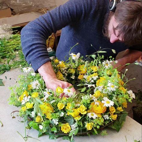 DIY Anleitung für einen gelben Blumenkranz. Trauerflor selber machen. #trauerflorsitik #diy #anleitung #blumen #blumenkranz #floristik #floral #designe #flowers