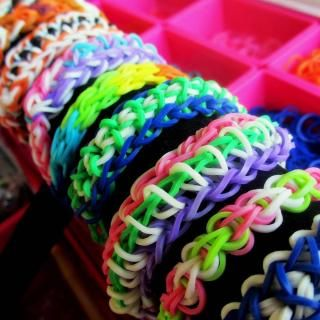 PATTERN LIBRARY - Rainbow Loom. Extensive up-to-date catalog of pattern tutorials, techniques and supplies. GREAT reference tool for identifying bracelet types.