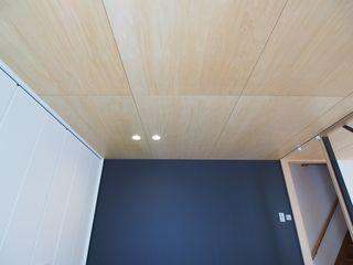 天井はシナベニヤ貼り カラーはフローリングに合わせました 天井