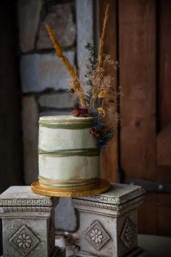 Earthtones Elopement | Bustld | Planning Your Wedding Just Got Easier #bustld #mountainwedding #weddingplanning #weddinginspiration #wedding #rusticwedding #smallwedding #outdoorwedding #earthtonewedding #fairviewncwedding #ido #elopement #weddingcake #simpleweddingcake #neutralweddingcake