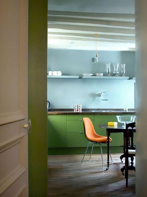 Une cuisine lumineuse et colorée par ce mélange de bleu clair et de vert doux