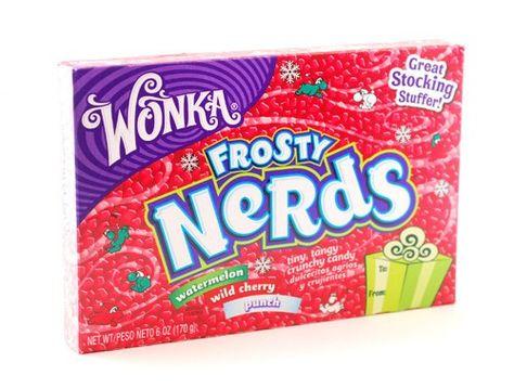Wonka Frosty Nerds Giftbox - Wonka Frosty Nerds Giftbox* is een doosje met heel veel kleine, krokante, gekleurde snoepjes. In verschillende fruitige smaken met drie verschillende kleuren. Van de welbekende snoepuitvinder Willie Wonka!  Inhoud verpakking: 170 gram.  Tip: Gebruik Wonka Nerds als decoratie voor cupcakes of een andere lekkere traktatie!  * bevat geen kauwgom.