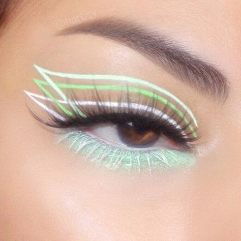 21 Bold Blue Makeup Looks Makeup Eye Looks, Eye Makeup Art, Colorful Eye Makeup, Crazy Makeup, Cute Makeup, Pretty Makeup, Skin Makeup, Eyeshadow Makeup, Crazy Eyeshadow