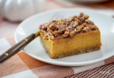Pumpkin Pie Bars In 2020 Pumpkin Pie Bars Fall Dessert Recipes Desserts