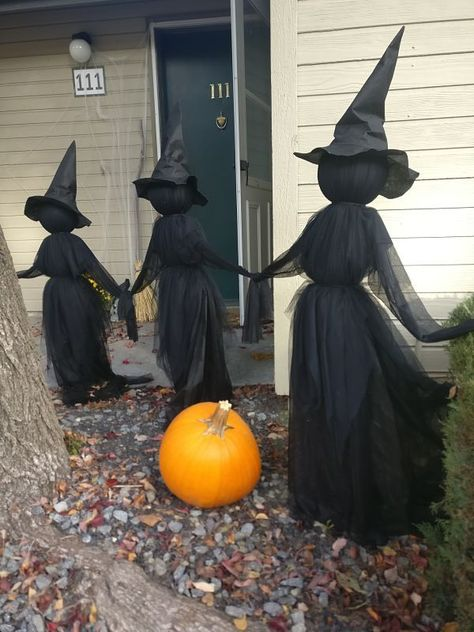 Want to display the spookiest Halloween decorations? We got 12 easy DIY Halloween decor ideas for your front yard! halloween decoracin 12 Super-Cool Outdoor Halloween Decorations for Your Yard Entree Halloween, Soirée Halloween, Adornos Halloween, Spooky Halloween Decorations, Halloween Party Decor, Halloween Makeup, Women Halloween, Halloween Recipe, Vintage Halloween