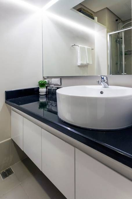 Toilet Bath Has A Beautiful Granite Counter Top With Wash Basin Cold And Hot Showers Towels And Toile Countertops Diy Countertops Green Granite Countertops