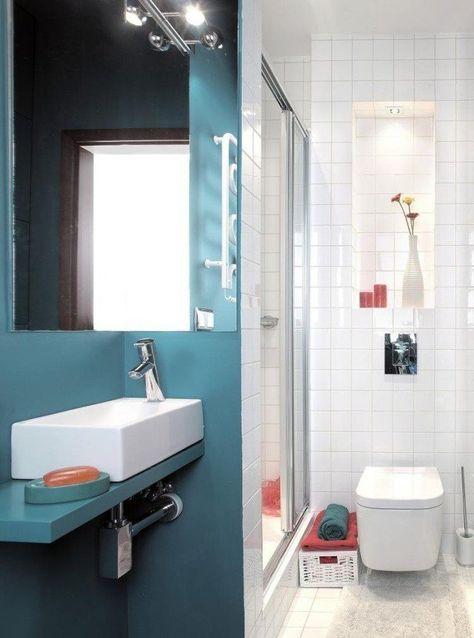 Aménagement Salle De Bain Avec Un Grand Miroir Et Lavabo En Porcelaine