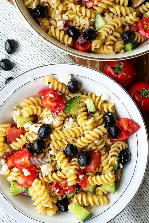 Griechischer Nudelsalat mit Oliven, Gurken, Zwiebeln, Paprika und Feta - eine schnelle Grillbeilage und in nur 15 Minuten zubereitet - Gaumenfreundin Foodblog #nudelsalat #salatrezepte #sommerrezepte #vegetarisch