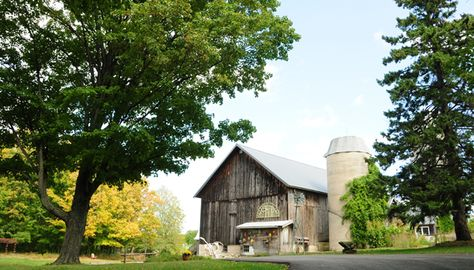 REAL DOOR COUNTY WEDDING. Location: Woodwalk Gallery, a 1890s barn that's gorgeous. Photography by Art of Exposure.