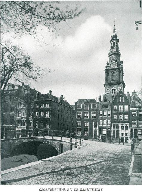 """1920 De Groenburgwal is een Amsterdamse gracht Het gebied tussen de Kloveniersbrugwal en de Zwanenburgwal was tot laat in de 16e eeuw nog """"het terrein buiten de veste bij de Amstel"""". In 1593 werd het gebied bij de stad gevoegd.Hier lagen lakenweverijen De namen van de nabijgelegen Raamgracht, de in 1537 gegraven Raamsloot bij het Rusland, en de Verversstraat (1593) herinneren aan die activiteiten."""