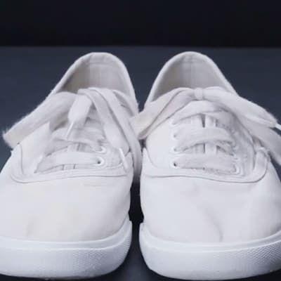 Este Es El único Truco Que Necesitas Saber Para Tener Los Tenis Más Blancos Lavar Tenis Blancos Limpieza De Zapatos Blancos Como Limpiar Zapatos