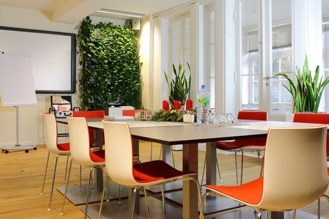 Vertikales Grün wertet Räume nicht nur auf, es erzeugt zusätzlich auch ein gesundes Raumklima- Perfekt für Konferenzräume oder Großraumbüros. www.kremkau.de