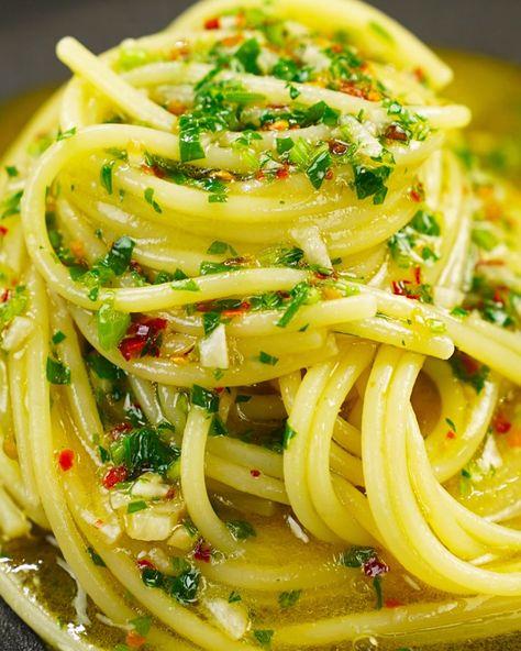 Ingredienti per 2 persone Tempo di preparazione: 20 minuti Difficoltà: Facile • Spaghetti, 200 g; • Aglio, 2 spicchi; • Peperoncino secco, 1; • Olio EVO, q.b.; • Prezzemolo, q.b. #idéesdecuisinemoderne