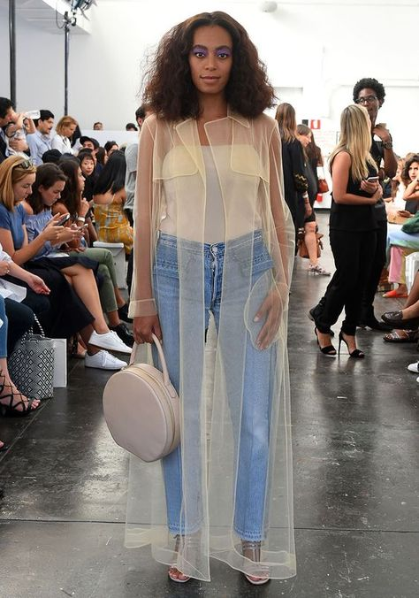 Solange Knowles Photos - Solange Knowles attends the Creatures of Comfort fashion show at Industria Studios on September 2016 in New York City. - Creatures of Comfort - Front Row - September 2016 - New York Fashion Week Solange Knowles, Kendall Jenner Outfits, Couture Week, Look Jean, Mode Abaya, New Yorker Mode, Emmanuelle Alt, Mode Streetwear, Fashion Moda