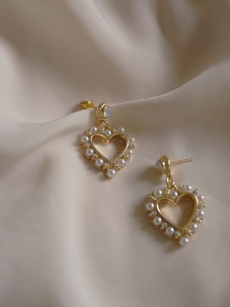 Adorable heart earrings with inlaid pearls. Ear Jewelry, Dainty Jewelry, Cute Jewelry, Gold Jewelry, Jewelry Accessories, Fashion Accessories, Fashion Jewelry, Trendy Jewelry, Luxury Jewelry