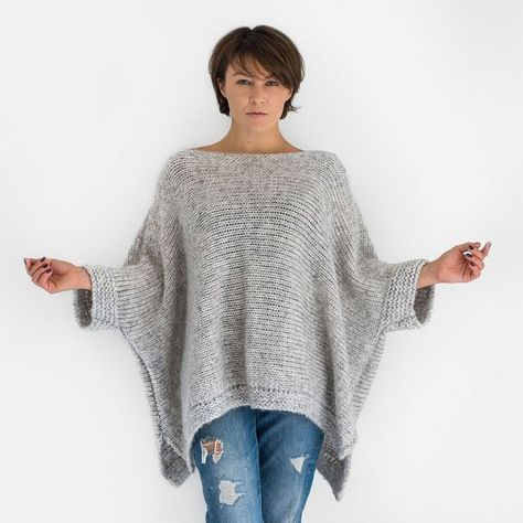 Grey oversized alpaca knit sweater with short sleeves If you are looking a guaranteed warmth, comfort and style, you'll find them in this oversized sweater with short sleeves hand knitted from super soft alpaca blend yarn. Free Knitting, Vogue Knitting, Knitting Sweaters, Knitting Scarves, Poncho Knitting Patterns, Crochet Scarves, Knitting Ideas, Knitting Designs, Poncho Crochet