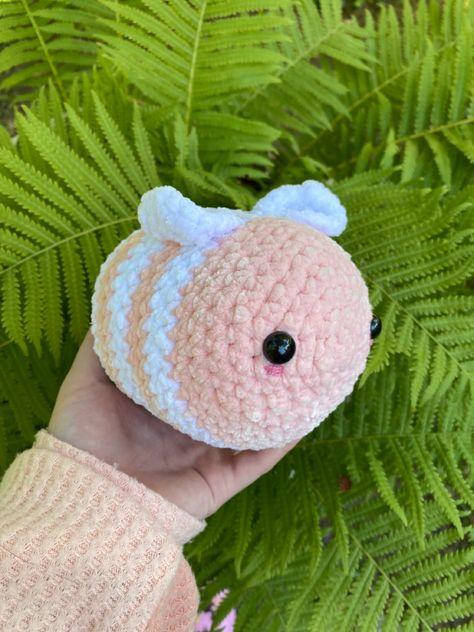 Crochet Bee, Kawaii Crochet, Crochet Patterns Amigurumi, Chrochet, Cute Crochet, Crocheted Jellyfish, Crochet Strawberry, Handmade Keychains, Sewing Stuffed Animals