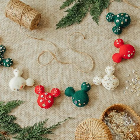 Oh, boy ✨ Make a vintage-inspired Mickey Garland for the holidays! Disney Christmas Crafts, Disney Christmas Decorations, Mickey Mouse Christmas, Disney Ornaments, Disney Crafts, Christmas Projects, Holiday Crafts, Christmas Holidays, Disney Christmas Tree Topper