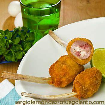 Chupa-chups de cordero o costillitas rebozadas  Ingredientes  12 chuletas de cordero lechal (de palo)  50 g de queso cremoso  50 gr de bacon  Aceite de oliva (para freír)  Sal     Para empanar:  1 huevo batido  Harina  Pan rallado