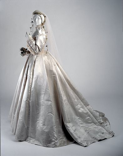 Victorian Wedding Dress - circa 1866 from McCord Museum. Inspirate y actualiza!
