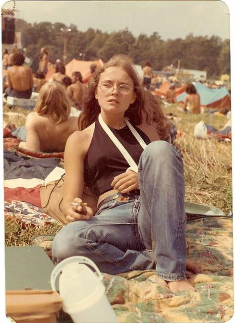 My mom, age smoking at an Allman Brothers concert with a broken arm. Watkins Glen aesthetic photography My mom, age smoking at an Allman Brothers concert with a broken arm. Diana Ross, Vintage Hippie, Vintage Vibes, Mode Vintage, 1970s Hippie, Vintage Music, Retro Vintage, 70s Inspired Fashion, 70s Fashion