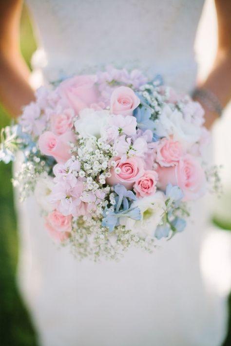 Romántico ramo de novia en tonos pastel, con rosas y baby's breath. Fotografía: Jessica Crews Photography