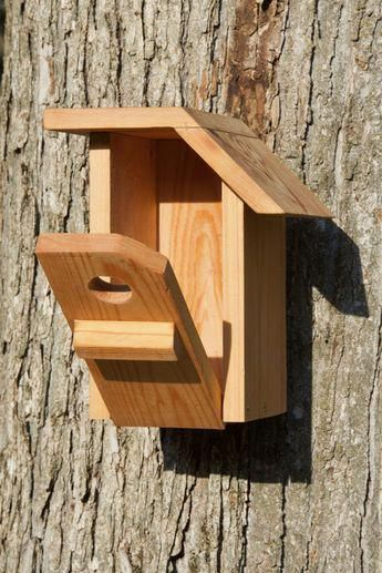 This Bird House Is Made Of Cedar And Has A Unique Design The Depth Of The Box The Floor Size And The Hole Diameter Are Op Vogelhuisjes Vogelhuisje Nestkastje