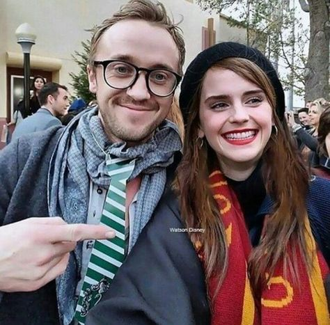 Tom Felton (Draco Malfoy) and Emma Watson (Hermione Granger). Harry Potter Tumblr, Harry Potter Hermione, Harry James Potter, Memes Do Harry Potter, Estilo Harry Potter, Fans D'harry Potter, Mundo Harry Potter, Harry Potter Actors, Harry Potter Ships