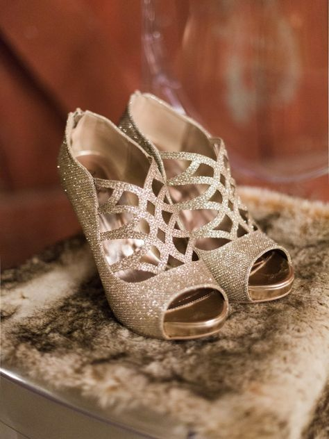 Photography: Jeff Brummett Visuals - www.jeffbrummettvisuals.com  Read More: http://www.stylemepretty.com/2014/12/26/emerald-green-winter-wedding-inspiration/