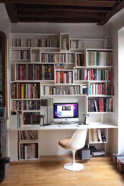 construction d'une biblio et d'un bureau intégré de 2mx2,5m faite de caisses de 3 dimensions pour livres de poche, romans et art/photo/bd ...