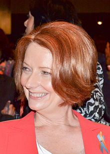 Julia Gillard – Julia Eileen Gillard (* 29. September 1961 in Barry, Wales, Vereinigtes Königreich) ist eine ehemalige britisch-australische Politikerin der Australian Labor Party und war vom 24. Juni 2010 bis zum 26. Juni 2013 die Premierministerin Australiens. Die Rechtsanwältin gehörte von 1998 bis 2013 dem australischen Parlament an und war von 2007 bis 2010 Ministerin für Bildung, Arbeit und sozialen Ausgleich. Sie war im Amt des Premierministers die erste Frau, die erste unverheiratete…