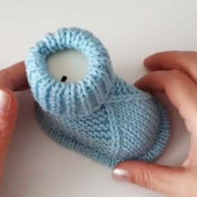 Iki Sis Orgu Bebek Patik Modeli Yapilisi Videolu Aciklamali Orguvakti Baby Knitting Patterns Orgu Patikler