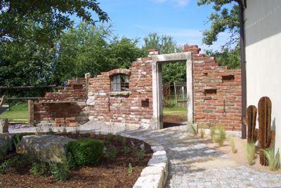 Grundstucksmauer Gartenmauer Ruinenmauer Toreinfahrt Reichsformat Ziegelsteine Klinker Backstein Rustikaler A Steinmauer Garten Ziegelsteine Gartenmauer