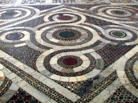 """Il """"quinconce"""" è formato da quattro ruote avvolte da fasce intrecciate disposte attorno a una ruota centrale - S.Maria Maggiore, Civita Castellana, Viterbo"""