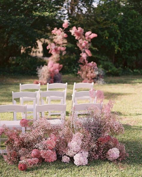 For brides looking to incorporate pink into their spring wedding ceremony - just look at this gorgeous set-up.